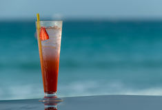 在海滩的冷的鸡尾酒 图库摄影