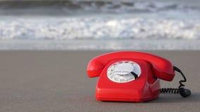 在海滩的减速火箭的电话 股票录像