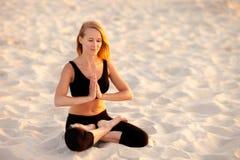 在海滩的凝思瑜伽 免版税库存照片