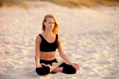 在海滩的凝思瑜伽 免版税图库摄影