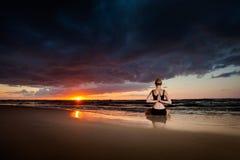 在海滩的凝思瑜伽 库存照片