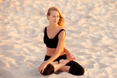 在海滩的凝思瑜伽 免版税库存图片