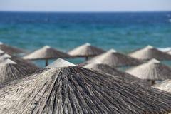 在海滩的几把沙滩伞 免版税库存照片