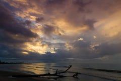 在海洋的剧烈的日落 斐济 免版税库存照片