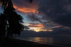 在海洋的剧烈的日落 斐济 图库摄影