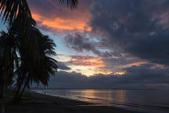 在海洋的剧烈的日落 斐济 库存照片