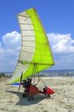 在海滩的动力化的悬挂式滑翔机 库存图片