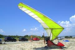 在海滩的动力化的悬挂式滑翔机 图库摄影