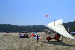 在海滩的动力化的悬挂式滑翔机 免版税库存照片