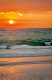 在海滩的华美的颜色在日落前 免版税图库摄影