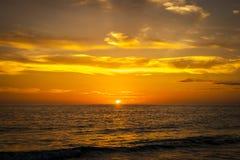 在海滩的华美的颜色在日落前 免版税库存照片