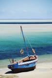 在海滩的单桅三角帆船 库存图片