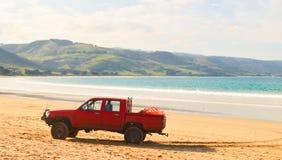 在海滩的卡车 免版税库存图片