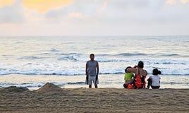在海滩的印地安家庭抓住日出 库存照片