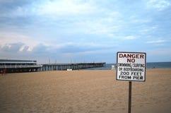 在海滩的危险标志 库存图片
