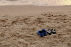 在海滩的双重鞋子 库存图片