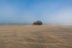 在海滩的反向铲 图库摄影