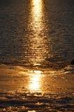 在海滩的反射在新英格兰海岸的冬天  库存图片