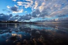 在海滩的反射接近黄昏 库存照片