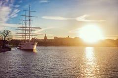 在海洋的古老海盗船航行日落的 充分的风帆 与风帆的经典帆船降下了在日落 库存照片