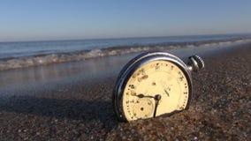 在海滩的古色古香的手表, HD 影视素材