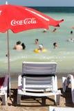 在海滩的可口可乐伞 图库摄影