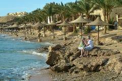 在海滩的可笑的年长夫妇 免版税图库摄影