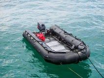 在海洋的可膨胀的小船 库存照片