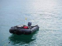 在海洋的可膨胀的小船 免版税库存照片