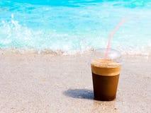 在海滩的咖啡 免版税库存图片