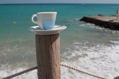在海滩的咖啡 库存图片