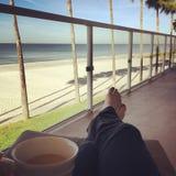 在海滩的咖啡 库存照片