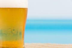 在海滩的啤酒 库存照片