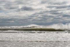 在海滩的喜怒无常的天 免版税库存照片