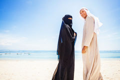 在海滩的回教夫妇 免版税库存照片