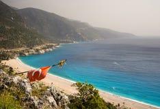 在海滩的土耳其旗子 库存照片
