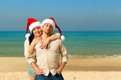 在海滩的圣诞节夫妇 库存图片