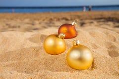 在海滩的圣诞节球 免版税库存图片