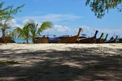 在海滩的地方泰国小船`长尾巴` 库存图片