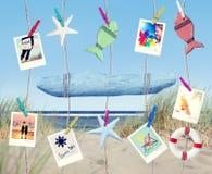 在海滩的垂悬的空的标志和夏天对象 库存图片