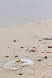 在海滩的垃圾。 免版税库存照片