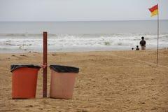 在海滩的垃圾箱 免版税库存图片