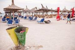 在海滩的垃圾箱 库存图片