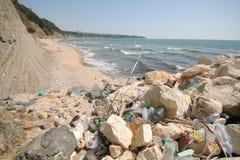 在海滩的垃圾 免版税库存照片