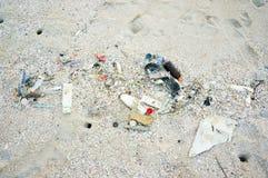 在海滩的垃圾 库存图片
