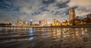 在海滩的城市夜 库存图片