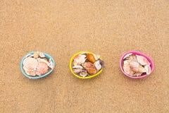 在海滩的复活节彩蛋篮子 免版税库存图片