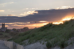 在海滩的夏天日落在纽波特,罗德岛州 免版税库存照片