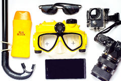在海滩的夏天有黄色和黑潜水面具和sunblock wi 免版税图库摄影