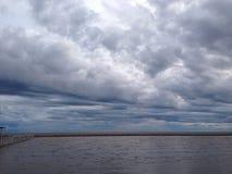 在海滨的多云和大风天 库存图片